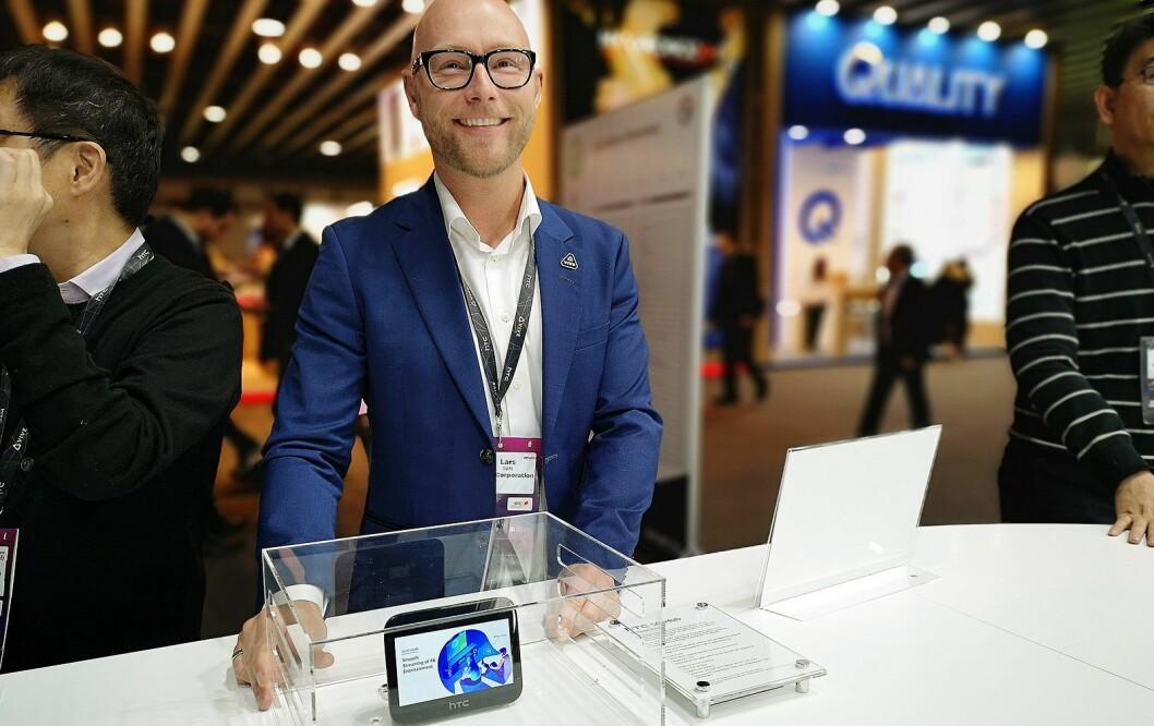 Lars Toft med HTC 5G Smart Hub. Foto: Marte Ottemo.
