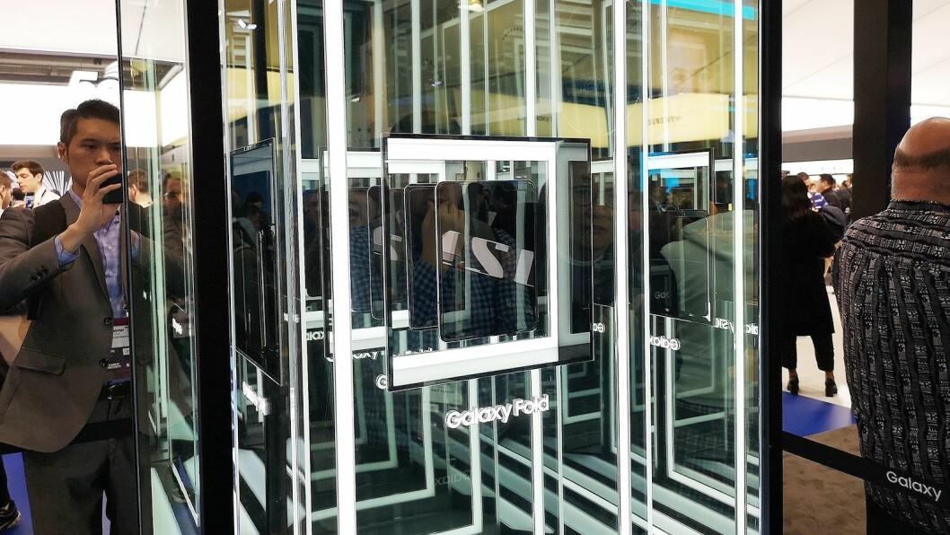 Tettere kom vår medarbeider ikke på foldemobilen til Samsung. Foto: Marte Ottemo.