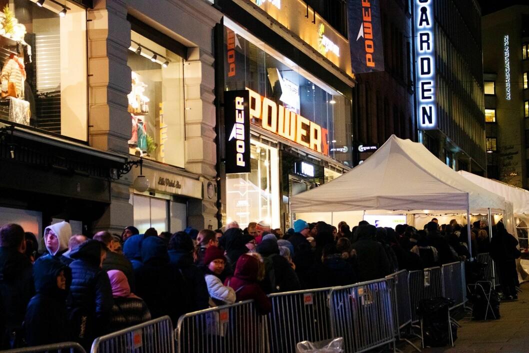 Det var satt opp et telt med 14 kasser utenfor Powers nye butikk i Lille Grensen i Oslo, og 4.000-5.000 mennesker sto i kø ved åpningen kl. 19.00 onsdag 13. mars. Foto: Tobias Rønningen/Power.