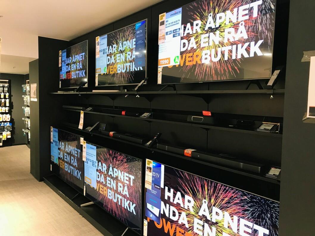 Power tester ut en løsning, der de viser pris og informasjon direkte på skjermen til den aktuelle TVen. På åpningsdagen i Lille Grensen hadde de satt prislapper foran. Foto: Alf Leifseth/Power.