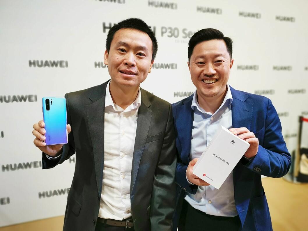 Tom Tang (t. v.) og norsk PR-sjef Anders Bigseth i Huawei Technologies med den nye P30 Pro under lanseringen i Paris den 26. mars. Foto: Stian Sønsteng