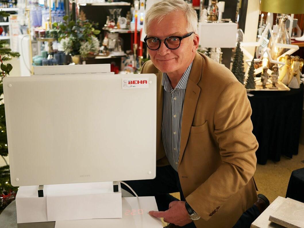 Daglig leder Robert Ringstad i Beha Elektro fotografert før jul, med en av selskapets nye smartovner som projiserer temperaturen på gulvet. Foto: Stian Sønsteng