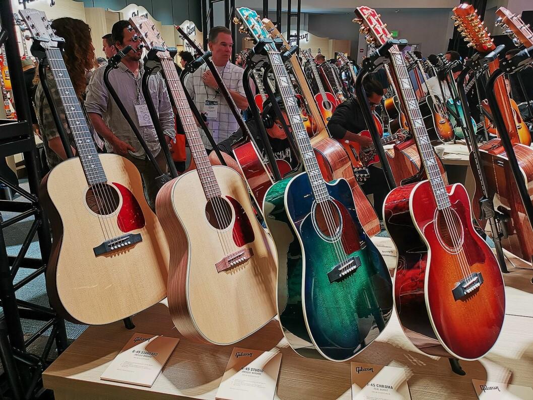 Noen av modellene i Gibsons G-serie med akustiske gitarer, som koster fra 10.000 til 12.000 kroner. Foto: Stian Sønsteng.