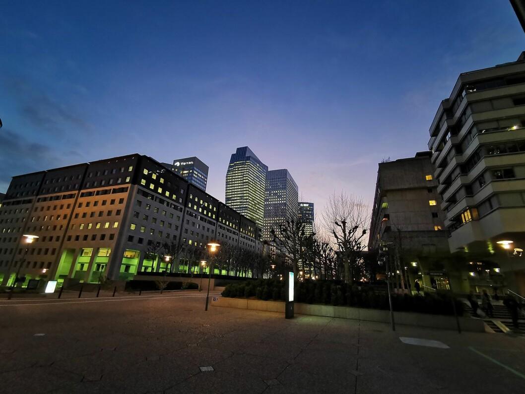 Bilde tatt med P30 Pros vidvinkel i forretningsstrøket La Défense i Paris. Her bygges en rekke skyskrapere, for å lokke britiske selskap til seg i forbindelse med Brexit. Det neste bildet viser resultatet fra samme sted med superzoomen. Foto: Stian Sønsteng.