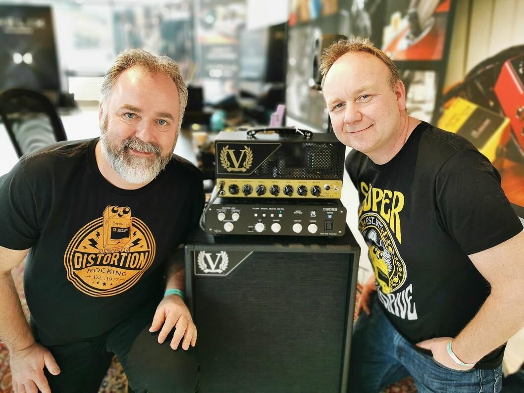 Torodd Bjørkestrand (t. v.) og Vidar Ersfjord i Roland Scandinavia med Boss Waza Tube Amp Expander, under Larvik gitarfestival tilkoplet forsterkeren The Sheriff 22 fra Victory. Foto: Stian Sønsteng