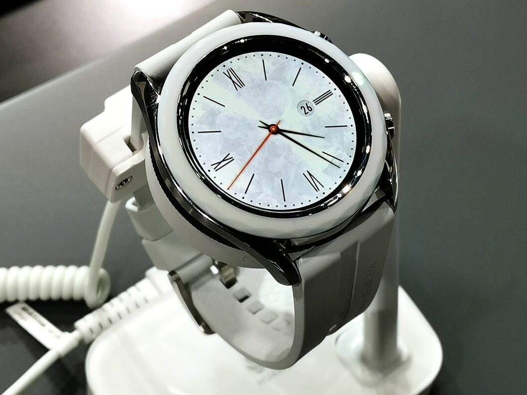 Huawei Watch GT kommer nå i en 42mm versjon, som er litt mindre enn den eksisterende 46mm. Foto: Stian Sønsteng.