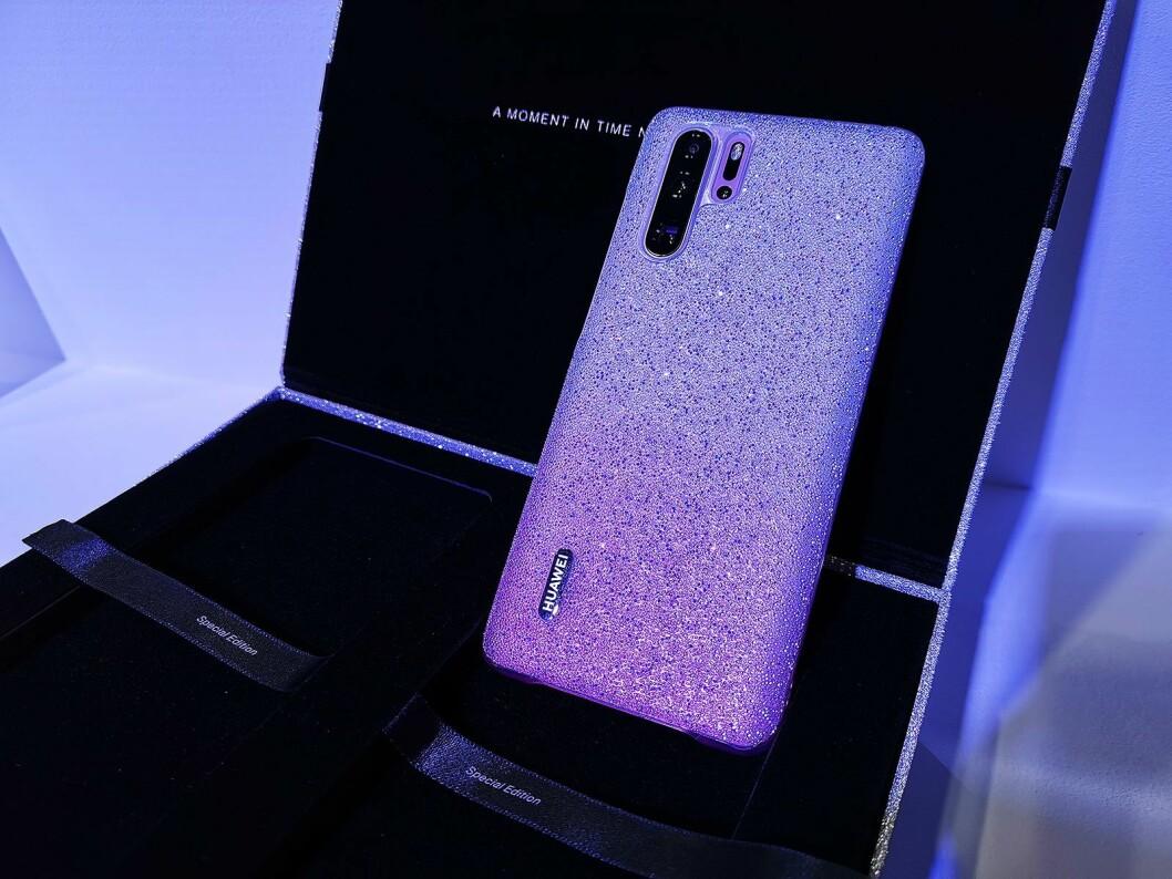 P30 Pro kommer også i en gaveeske med et mobildeksel med krystaller fra Swarovski. Foto: Stian Sønsteng.