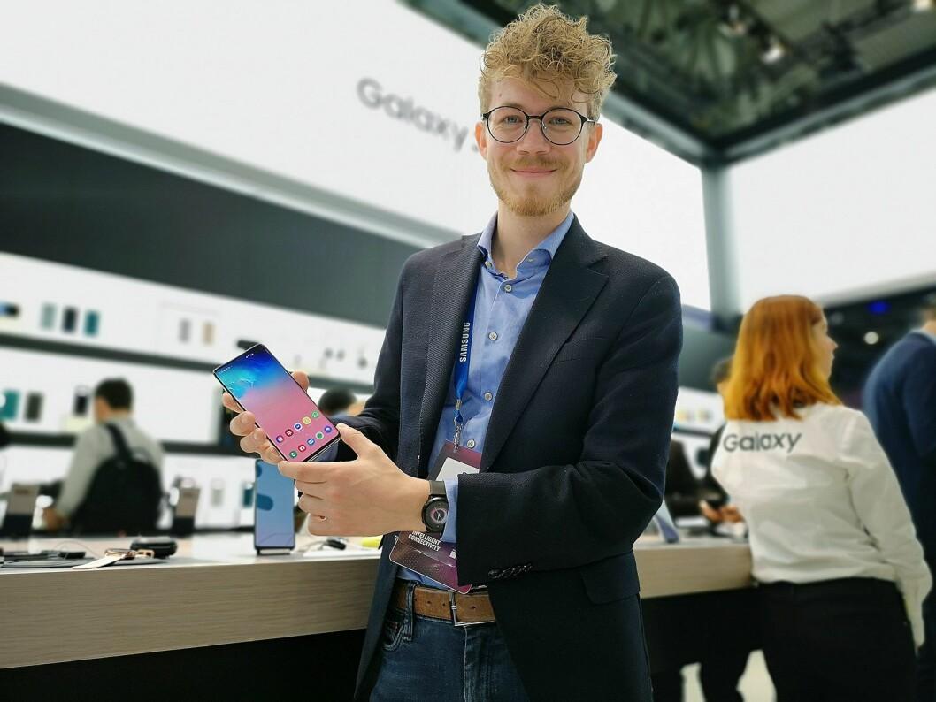 Daniel Kvalheim, produktopplærer og medieansvarlig i Samsung Norge, viser fram selskapets nye Galaxy S10+. Foto: Marte Ottemo
