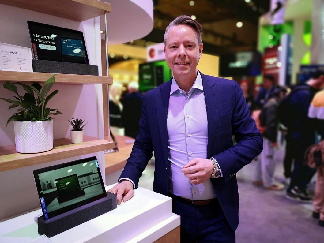 Telekomansvarlig for Lenovo Emea, Patrik Andersson, viser fram Smart Tab – nettbrettet som blir til en Amazon Alexa-assistent når du dokker det i den medfølgende høyttaleren. Foto: Marte Ottemo