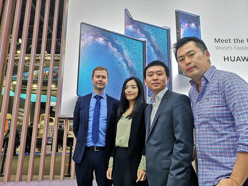 Vi fikk omvisning på Huaweis digre stand av PR- og kommunikasjonsansvarlig i Huawei Erik Ganer, Yi Cheng i PR, Tom Tang, leder for Huaweis forbrukerelektronikk i Norge og Yu Fat Kho, demo-ansvarlig i Huawei. Foto: Marte Ottemo