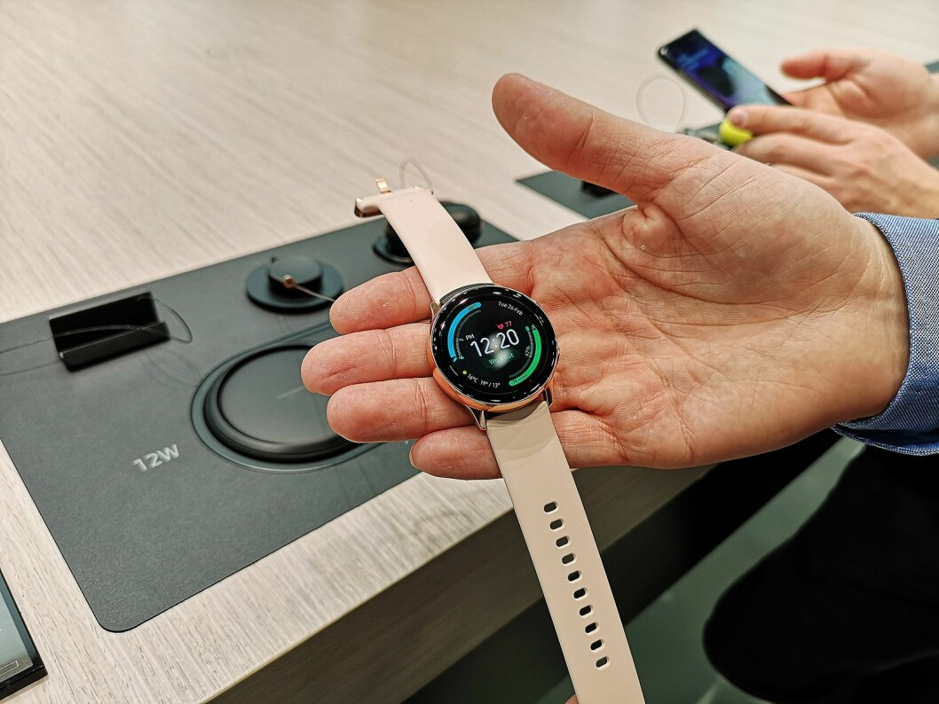 Samsung Watch Active kommer i tre farger, sort, rosa og sølv. Selve klokken er blitt mye tynnere og mindre, med en diameter på 40 mm. Foto: Marte Ottemo.
