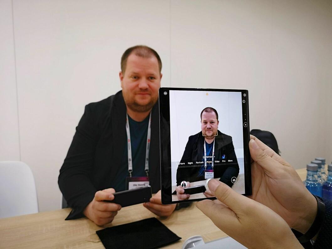 Kameraene fungerer både i oppbrettet og lukket tilstand, her foreviges Tek.no-journalist Ole Henrik Johansen. Foto: Marte Ottemo.