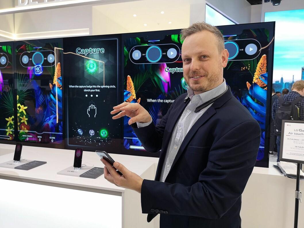 David Montanya, europeisk produktansvarlig i LGs mobildivisjon, demonstrerer hvordan du kan styre G8s med gester. Foto: Marte Ottemo