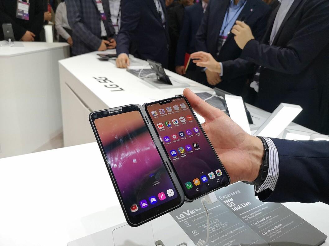 LG V50 ThinQ 5G er ingen foldemobil, men du kan kjøpe et deksel med ekstra skjerm som lar deg doble skjermområdet. Foto: Marte Ottemo.