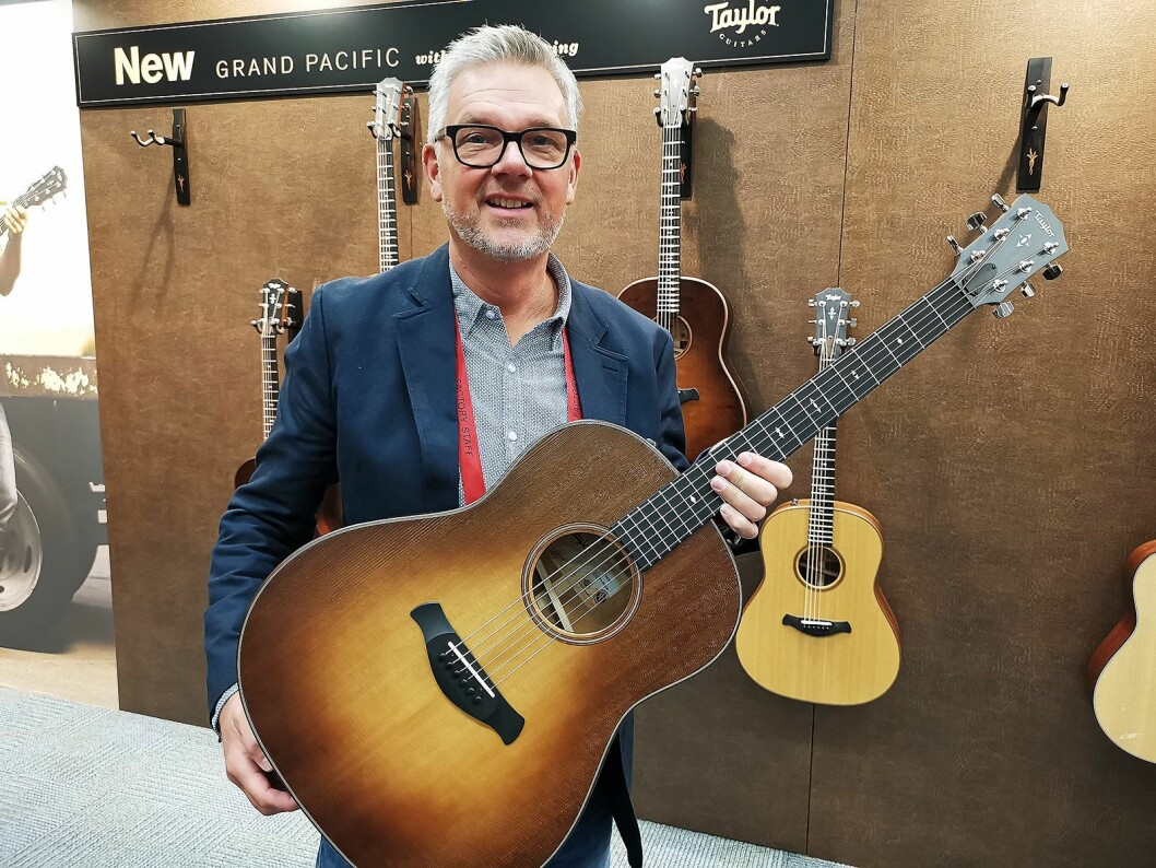 Peter Samuelsson med Taylor Guitars nye Grand Pacific Dreadnouht. Foto: Stian Sønsteng