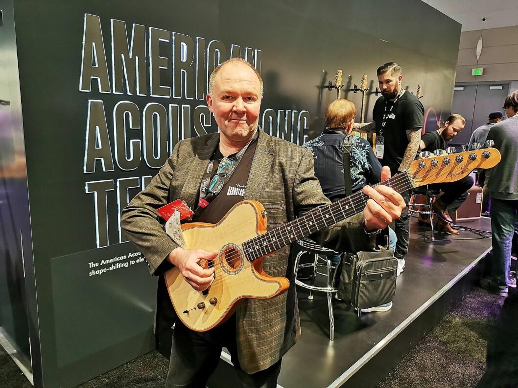 Erik Andersson i Fender EMEA med American Acoustasonic Telecaster. Foto: Stian Sønsteng