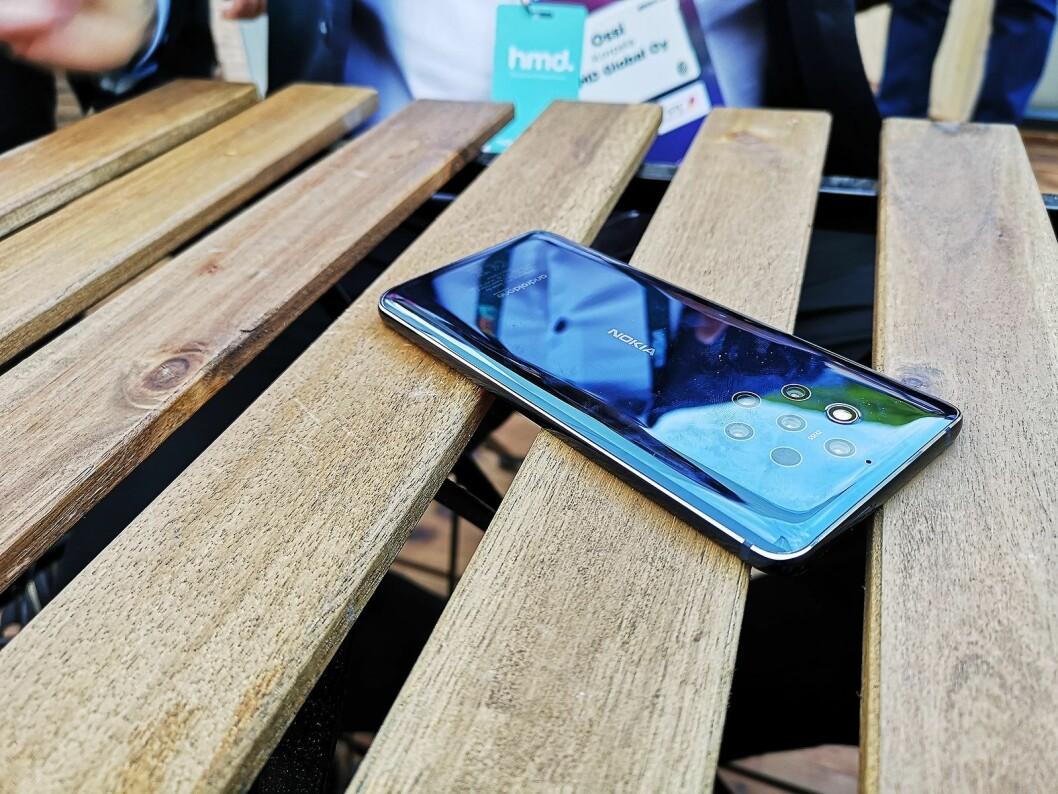 Nokia 9 PureView har syv åpninger på baksiden; fem kamera på 12 megapiksler, en dybdesensor og et fotolys. Foto: Marte Ottemo.