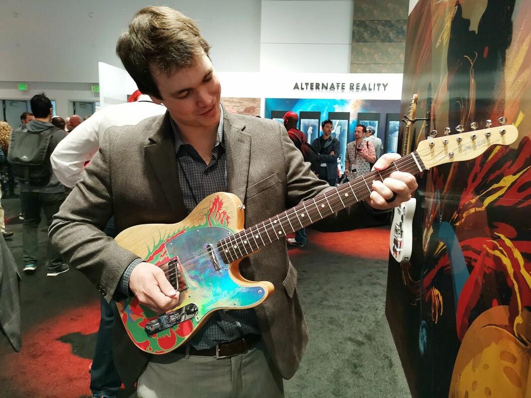 En besøkende på NAMM med den amerikanske versjonen av Jimmy Pages signaturgitar. Foto: Stian Sønsteng.