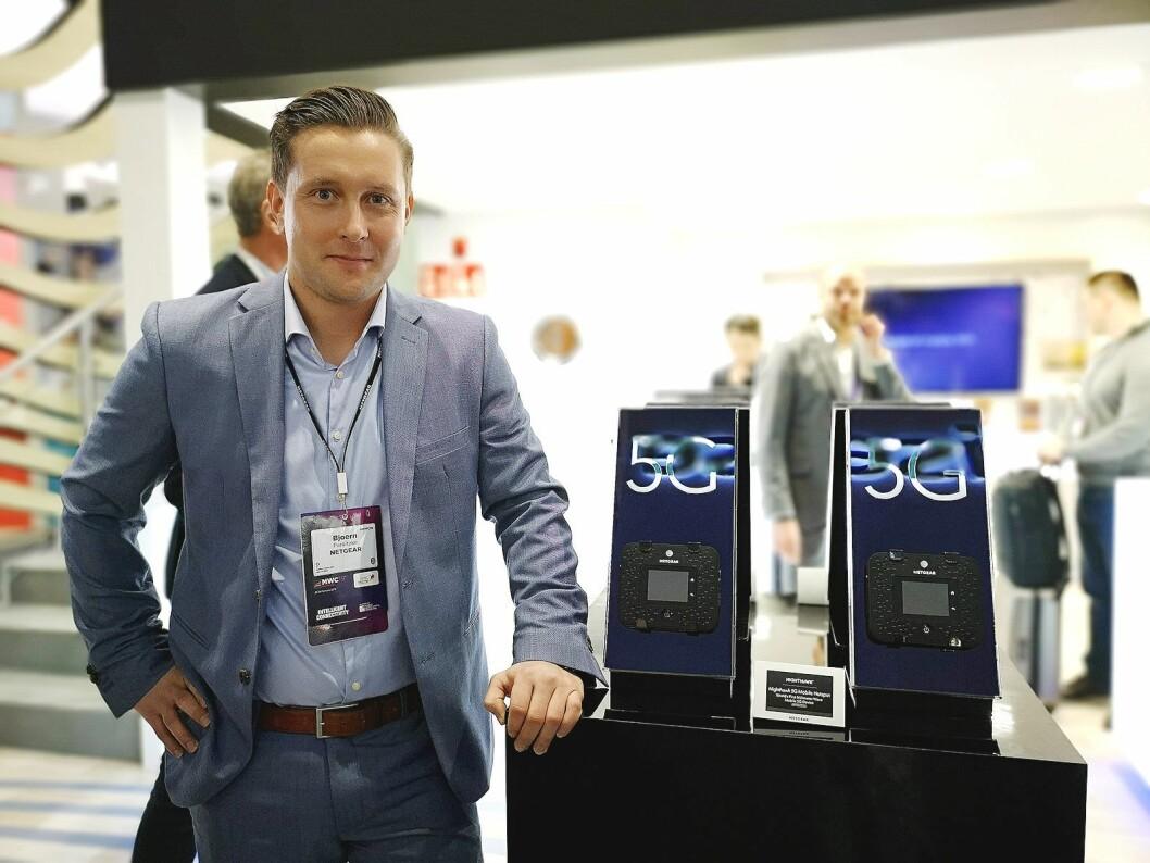 Produktspesialist Björn Parnitzke i Netgear viser fram selskapets nye 5G Mobile Hotspot. Foto: Marte Ottemo
