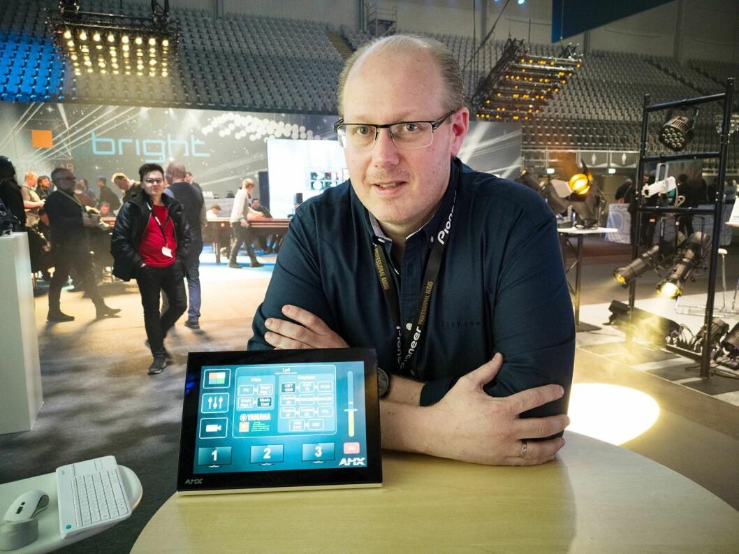 Kjetil Pettersen i LydRommet med AMX' betjeningspanel, som skal gjøre det enkelt for sluttbrukeren å betjene avanserte AV-installasjoner. Foto: Stian Sønsteng