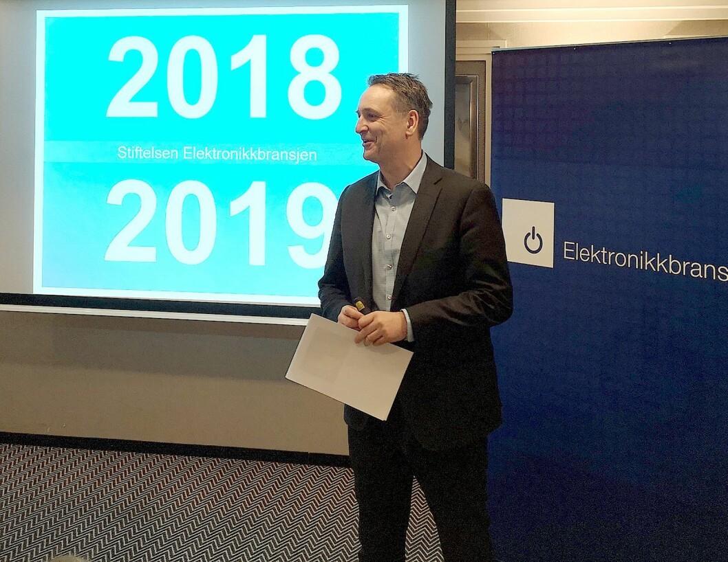 Administrerende direktør i Stiftelsen Elektronikkbransjen, Jan Røsholm, kunne ønske norsk presse velkommen til tallframleggelse på Radisson Plaza. Foto: Marte Ottemo