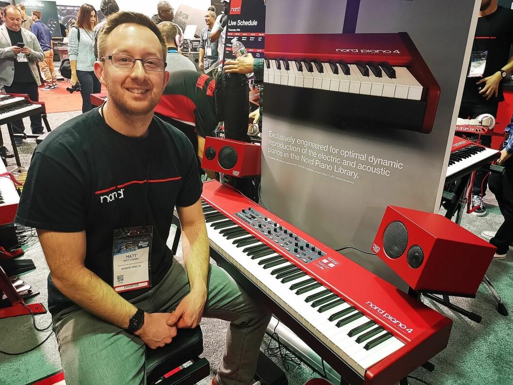 Matt Cossey med Nord Piano Monitor fra Audio Pro, festet med en spesialbrakett til Nord Piano 4. Foto: Stian Sønsteng