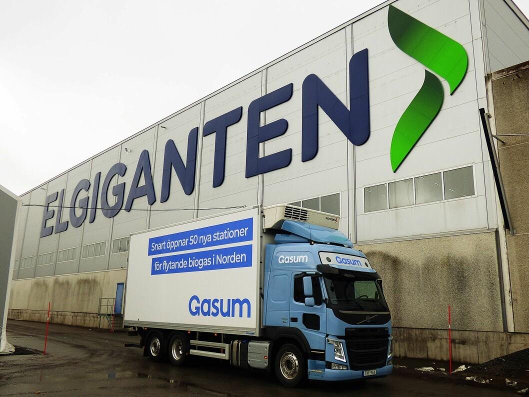 Volvo gassdrevet lastebil foran Elkjøps nordiske distribusjonssenter i Jönköping. Foto: Elkjøp