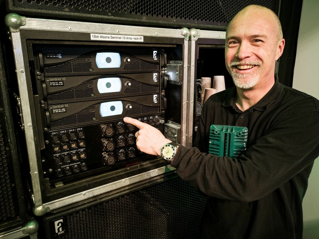 Tom Back i Alcons Audio viser Senteniel 10-forsterkeren på LLB-messen. Foto: Stian Sønsteng.