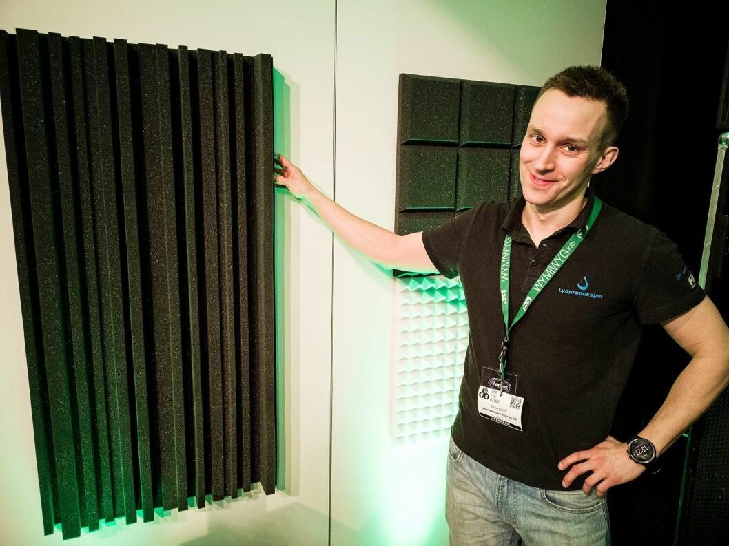 Torje Graff i Lydproduksjon Tromsø med noen av akustikkmattene fra Auralex Acoustics. Foto: Stian Sønsteng