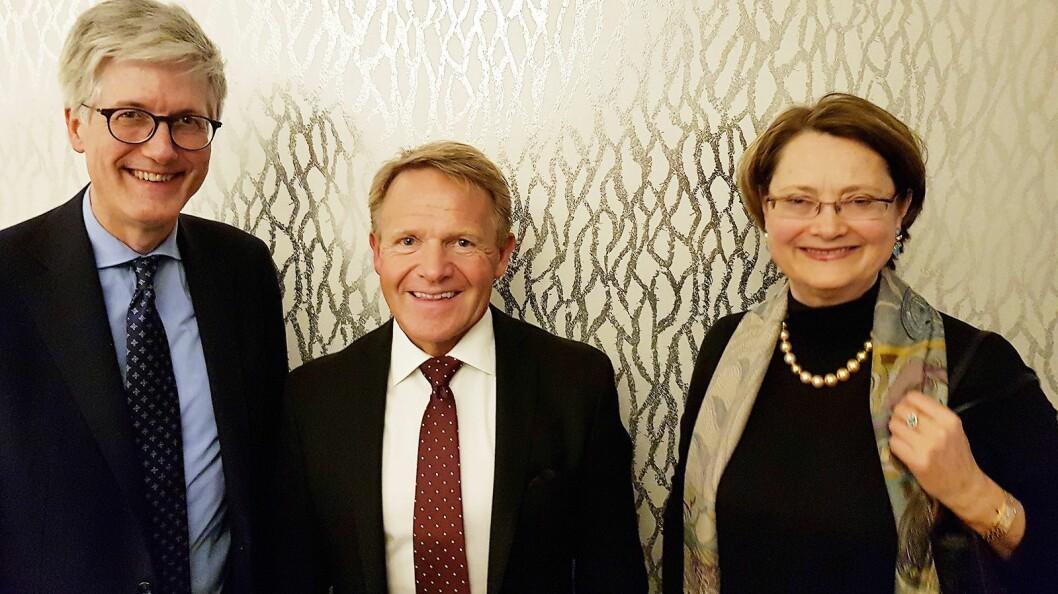 Norsirk direktør Stig Erik (i midten) diskuterte miljøpolitikk med EU ambassadør Rolf Einar Fife og ESA-president Bente Angell-Hansen. Foto: Jan Røsholm