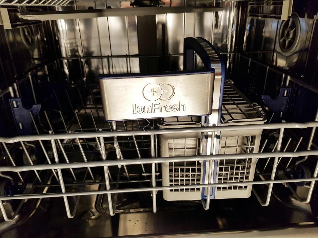 Den lille boksen sender ut negativt ladede ioner, som fjerner vond lukt i oppvaskmaskinen. Foto: Jan Røsholm.
