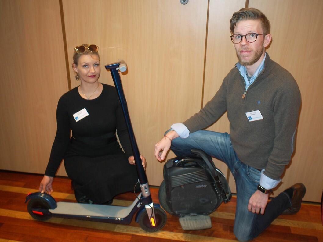 Thale Anker Feiring og Håvard Hamran viser frem en elektrisk sparkesykkel og en enhjuling fra Kjempetøff.no. Foto: Jan Røsholm.