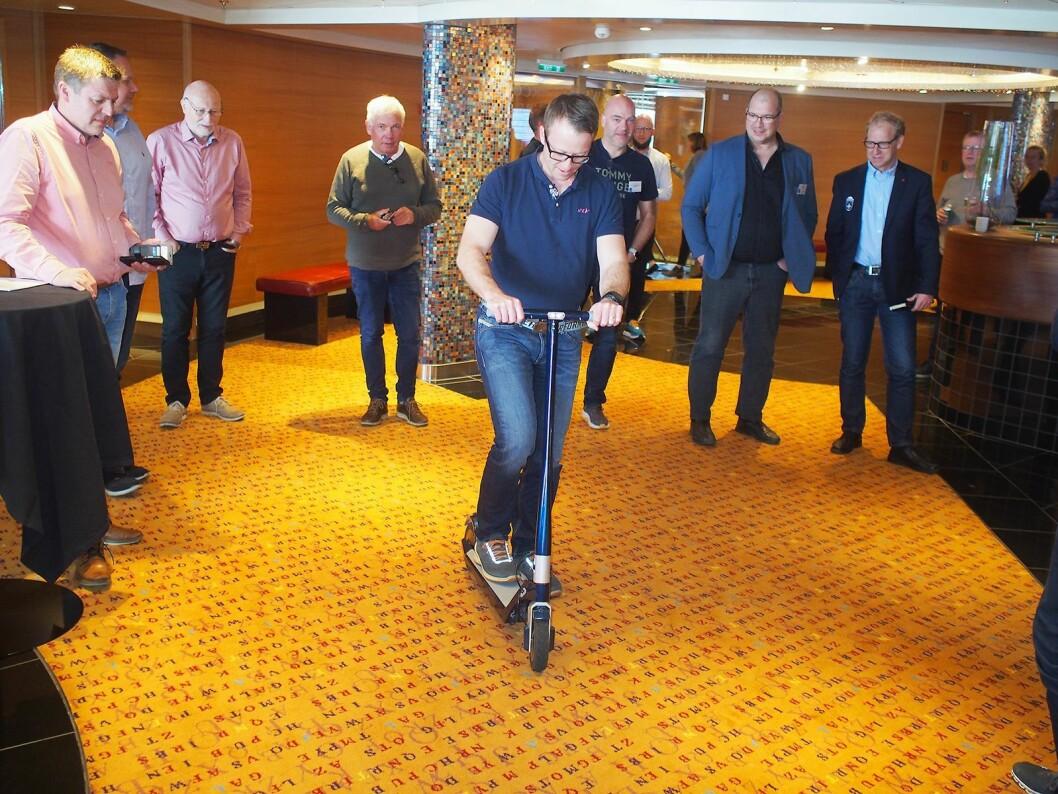 Leif Skaar fra ServiceCompaniet tar en prøvetur, mens andre bransjekollegaer følger spent med. Foto: Jan Røsholm.