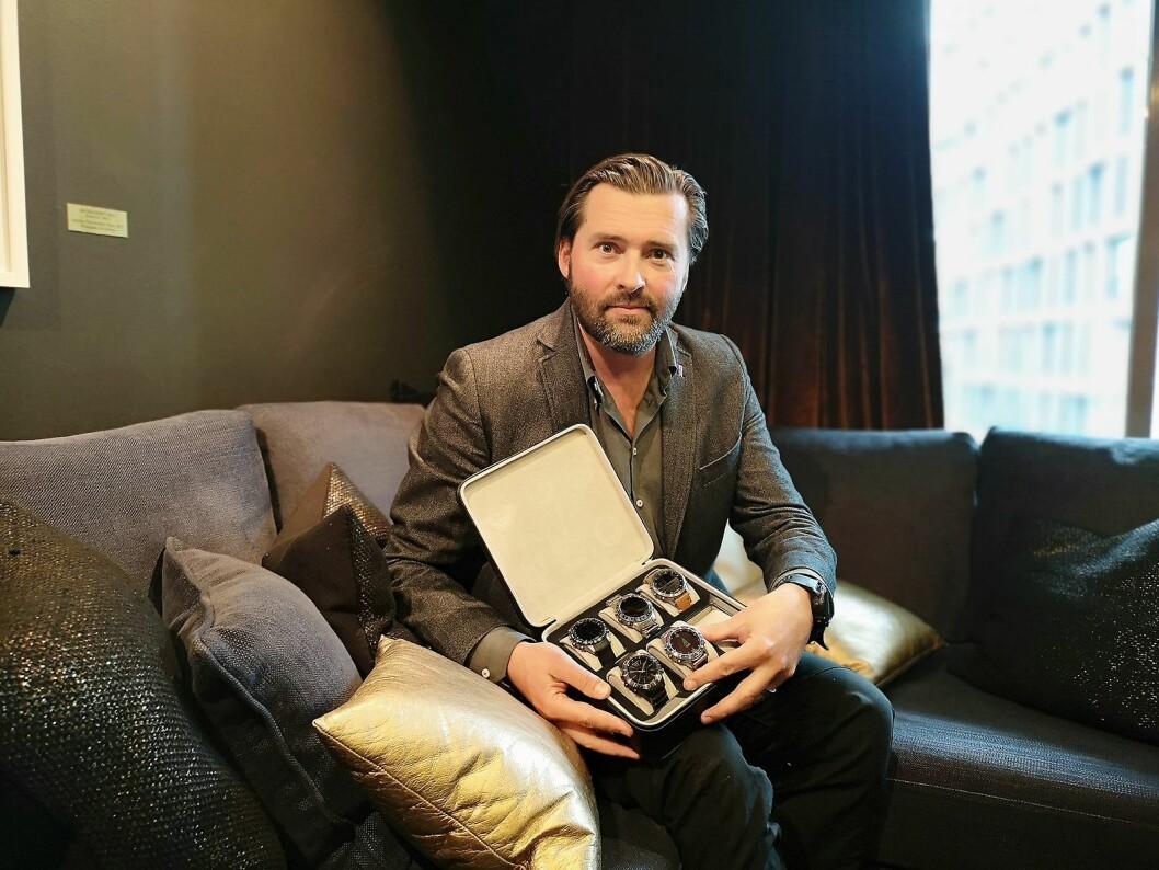 Marcus Bjarneroth, nordisk PR-ansvarlig for Garmin, viser fram de nye klokkene i Marq-serien. Øverst fra høyre: Captain, Aviator, Expedition, Driver og Athlete. Foto: Marte Ottemo.