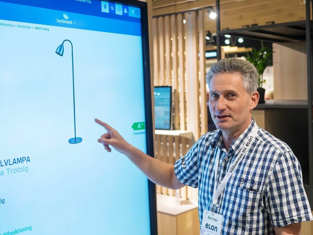 Stefan Englund demonstrerer den 75 tommer store trykkfølsomme skjermen under Elon Expo 2019. Foto: Ola Larsson.