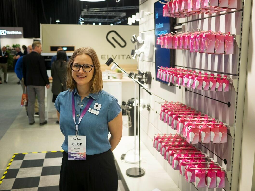 Camilla Waldmark, PR- og kommunikasjonsansvarlig i Elon Group, på Elvitas stand på Elon Expo 2019, hvor kategorien belysning blant annet ble vist fram. Foto: Ola Larsson.