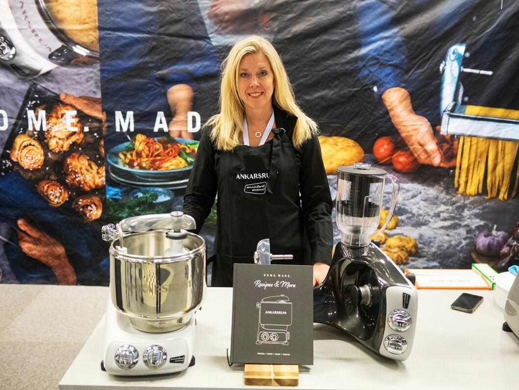 Patricia Thörnwall fra Ankarsrum viser på Elon Expo 2019 selskapets kjøkkenmaskin i den nye fargen «glossy white», samt kokeboken, og blenderkannen som kommer i juni. Foto: Ola Larsson