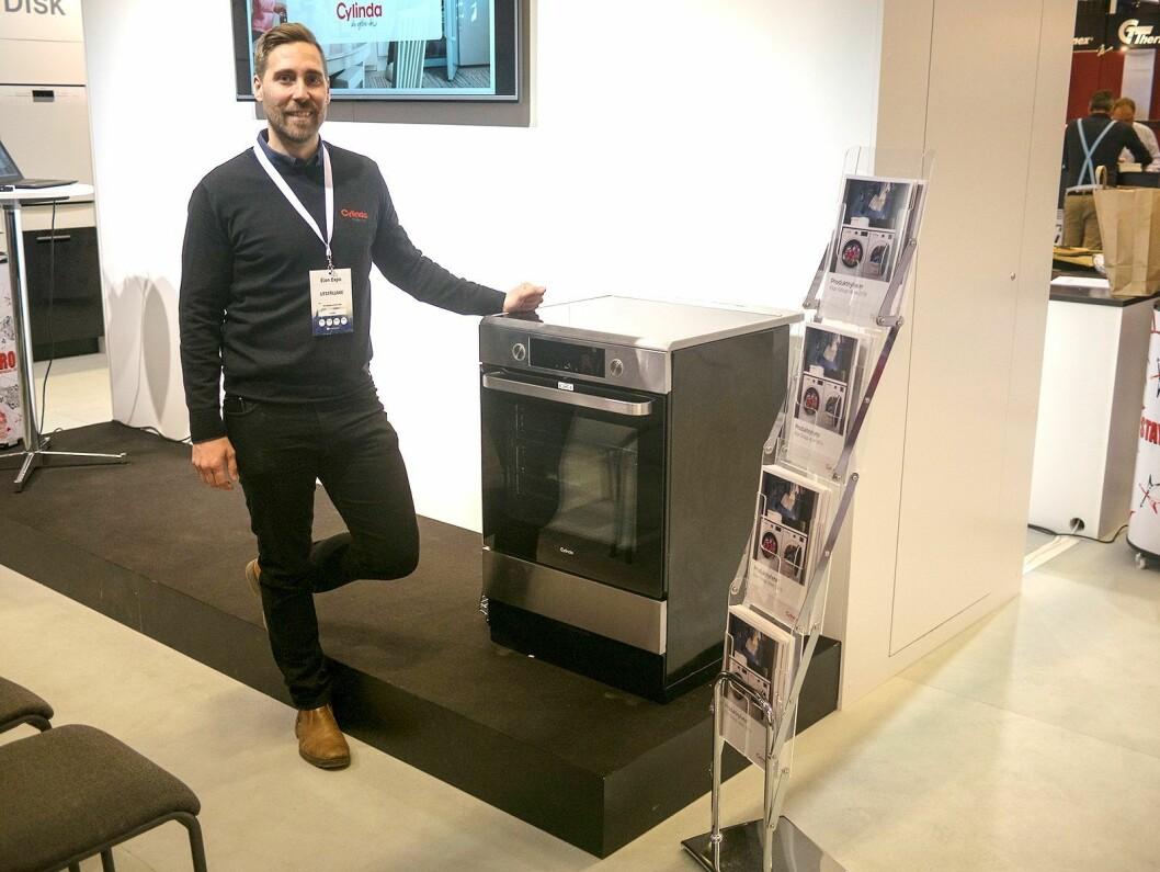 Per-Magnus Björkström i Cylinda med en av selskapets ovner fra den nye komfyrserien. Foto: Ola Larsson