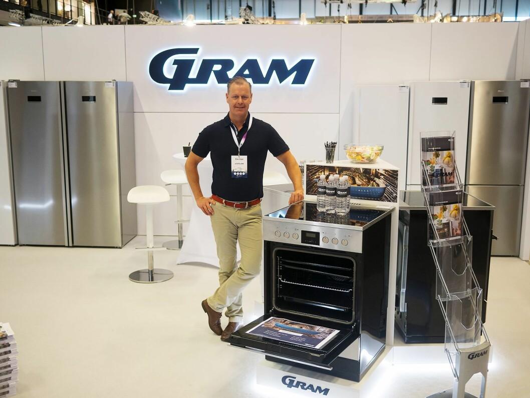 Landssjef i Sverige for Gram, Peder Qwist, ved selskapets nye komfyrer, kjøleskap og fryseskap som er på vei inn til Elons sentrallager. Foto: Ola Larsson
