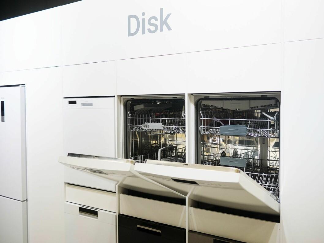 Cylindas to nye oppvaskmaskiner. Til venstre grunnmodellen og til venstre den mer luksuriøse modellen som som selges eksklusivt hos Elon. Foto: Ola Larsson.