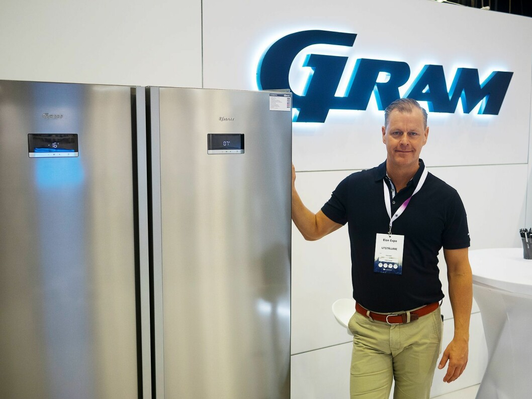 Peder Qwist ved et av selskapets premiumkjøleskap. Foto: Ola Larsson.