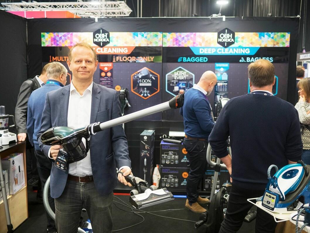 Johan Elkind fra Tefal-OBH Nordica Group med en av selskapets støvsugere i hendene. Foto: Ola Larsson