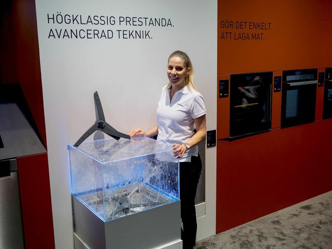 Glorija Tolic hos Grundig viser den unike spolearmen i selskapets selvdoserende oppvaskmaskin. Foto: Ola Larsson