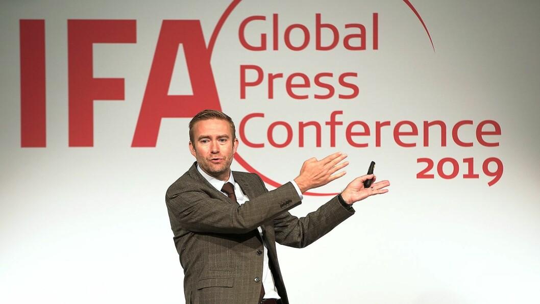 Konsernsjef Yannick Fierling i Haier Europe på scenen under IFA-messens globale pressekonferanse. Foto: IFA