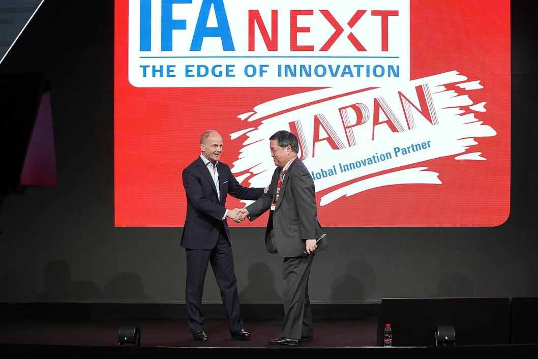 Christian Göke (t. v.) i Messe Berlin presenterer generaldirektør Keita Nishiyama i byrået for handel og informasjon i det japanske finansdepartement. Japan er messens første globale innovasjonspartner. Foto: IFA