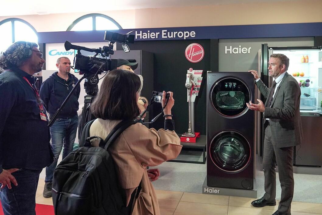 Konsernsjef Yannick Fierling i Haier Europe viser på IFAs globale pressekonferanse neste generasjon Haier Duo. Foto: IFA.