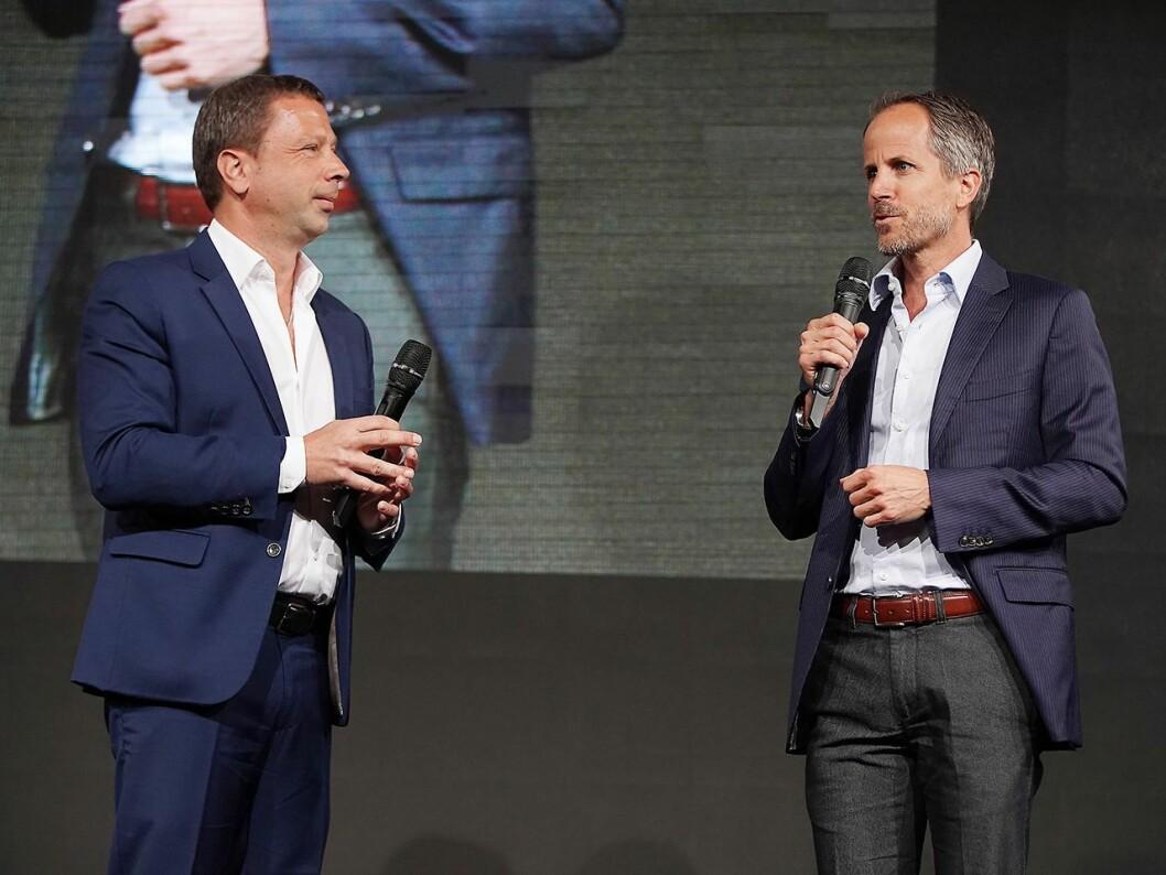 IFA-direktør i Messe Berlin, Jens Heithecker (t. v.), med administrerende direktør Andreas Sennheiser i Sennheiser, som messens første globale audiopartner. Foto: IFA.