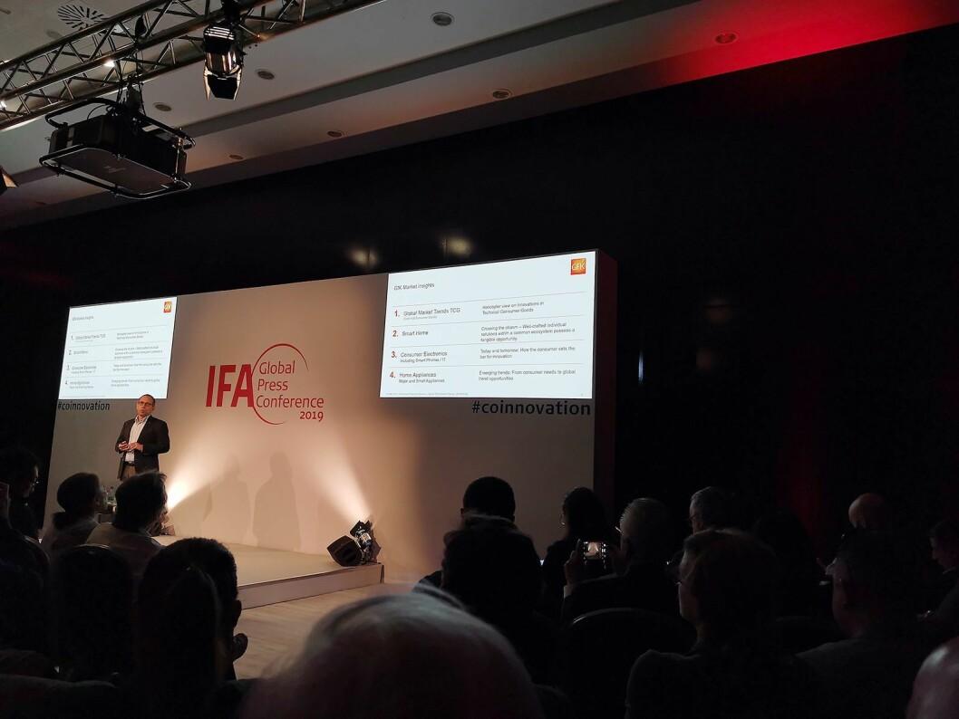 Visepresident Friedemann Stöckle i markedsanalyseselskapet GfK, på scenen under IFA-messens globale pressemøte. Foto: Stian Sønsteng.