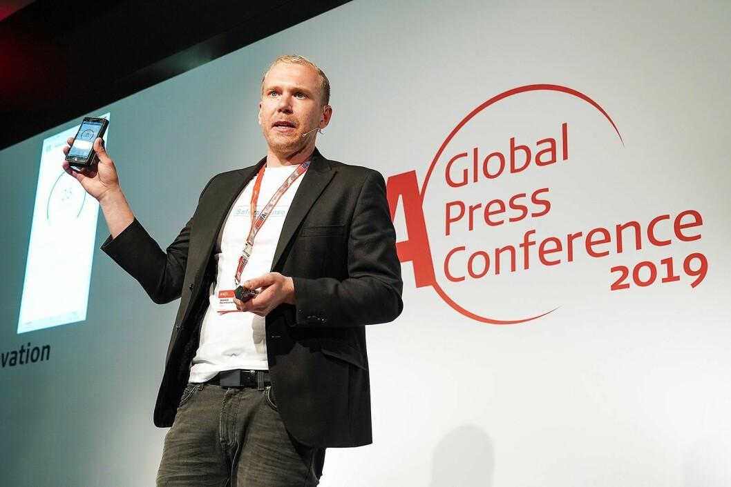 Mikko Reinikainen i Safera på scenen under IFA-messen globale pressekonferanse. Foto: IFA.