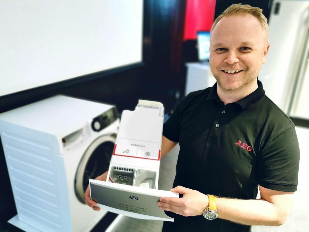 Vegard Meen i AEG viser selskapets første vaskemaskin med autodosering, der man i tillegg til to hovedkamre har to rom til spesialmidler. Foto: Stian Sønsteng